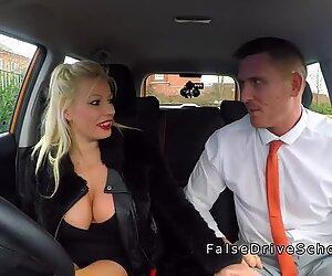 Изпитващият за шофиране разглежда дебели Funbags
