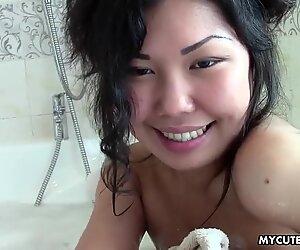 Азиати тийн в Баня изследва красивото си младо тяло.