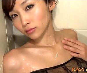 Деликатен японки русалка в романтични настроение.
